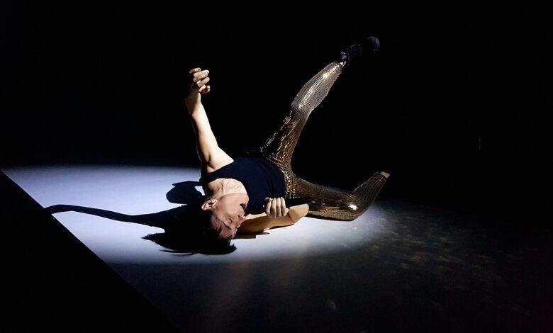mulher caída no chão. festival de almada 2020